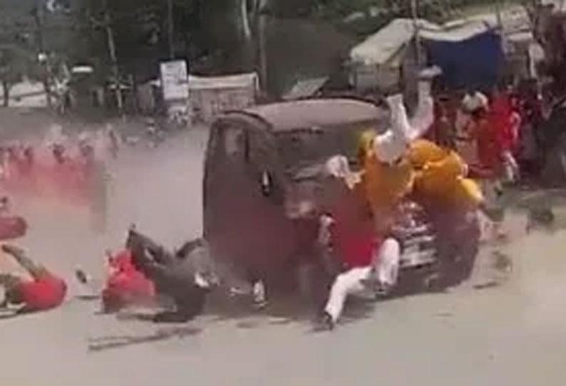 தசரா ஊர்வலத்தில் புகுந்த கார் - ஒருவர் பலி 20 பேர் படுகாயம்
